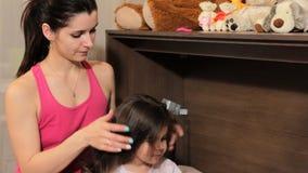 Modern gör upp till dotterhåret Kyssar i en kind försiktigt arkivfilmer