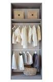 Modern garderob med rad av den vita klänningen och skor Royaltyfri Foto