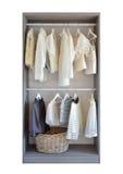 Modern garderob med rad av den vita klänningen och skor Arkivfoton