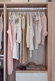 Modern garderob med rad av klänningar som hänger i garderob Royaltyfri Foto