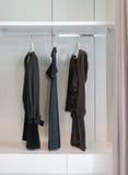 Modern garderob med raden av den svarta klänningen som hänger i garderob Royaltyfri Fotografi