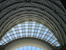 Modern gebogen boogvenster en plafond binnen Stock Fotografie
