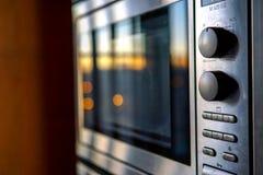 Modern gebouwd in keukentoestellen in roestvrij staal Zonsondergangbezinningen stock foto