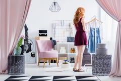 Modern gekleidete Frau im Wandschrank lizenzfreie stockbilder