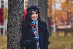 Modern gekleidetes Mädchen am Baum Stockbild