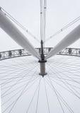 Modern geometrisk metallisk vit stålstruktur Fotografering för Bildbyråer