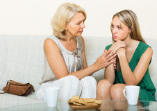 Modern ger tröst till dottern Arkivbild