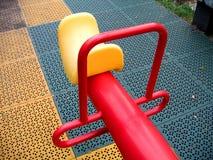 Modern Geschommel bij een Speelplaats stock fotografie