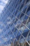 Modern Glas die Wijzend op Blauwe Hemel bouwen Stock Foto