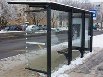 Modern glas en aluminiumwachthuisje in het stedelijke plaatsen met bedekte concrete stoep royalty-vrije stock foto's