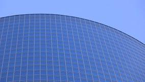 Modern glas- skyskrapaöverkant mot blå himmel Royaltyfri Fotografi