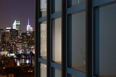 Modern glass byggnad i nattstad Royaltyfria Foton