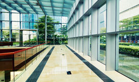Modern glass kommersiell byggnad royaltyfri bild