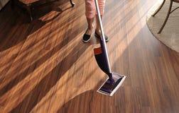Modern golvmopp för att göra ren trägolvet från damm royaltyfri fotografi