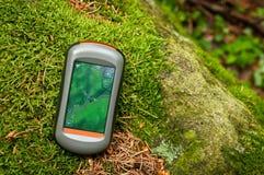 Modern GPS navigering på golvet av den gröna skogen Arkivbilder