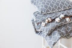 Modern grå sänglinnehög arkivbild