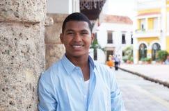 Modern grabb i en blå skjorta i en kolonial stad arkivfoto