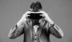 modern grej Innovation och teknologiska framflyttningar Aff?rsmannen unders?ker virtuell verklighet Digital teknologi f?r royaltyfri foto
