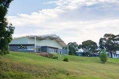 Modern grundskola för barn mellan 5 och 11 år Arkivbild