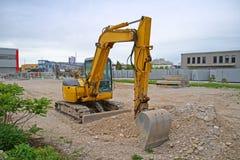 Modern gul grävskopa på konstruktionsplatsen Horisontalbild av bulldozern royaltyfri bild