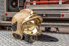 Modern guld- brandkårhjälm Royaltyfri Foto
