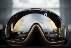 Modern guld- solglasögon för sportar Fotografering för Bildbyråer