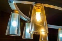 Modern hängande exponeringsglaslampa med det perforerade metallomslaget royaltyfri bild