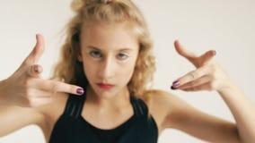 Modern härlig för dansaredans för tonårs- flicka samtida på vit bakgrund inomhus arkivfilmer