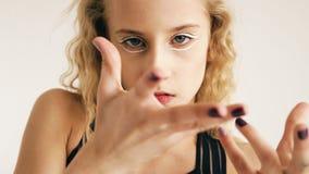 Modern härlig för dansaredans för tonårs- flicka samtida på vit bakgrund inomhus arkivfoton