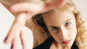 Modern härlig för dansaredans för tonårs- flicka samtida på vit bakgrund inomhus royaltyfria bilder