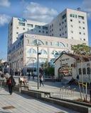 Modern hög-berättelse byggnad av Maccabi sjukvårdservice Royaltyfria Bilder