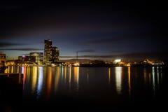 Modern högväxt byggnad i den Sopot hamnen i natten med massor av färgrik reflexion på vatten, Gdyna, Polen arkivbild