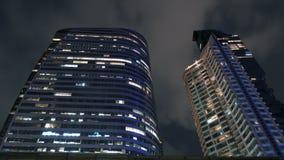 Modern högväxt skyskrapa exponerad på nattetid, närbild lager videofilmer