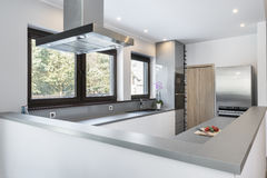Modern, hell, sauber, Innenarchitektur der Küche stockbild