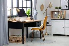 Modern hem- arbetsplats med träspjällådor royaltyfri fotografi