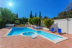 Modern hem- simbassäng för rekreation royaltyfri foto