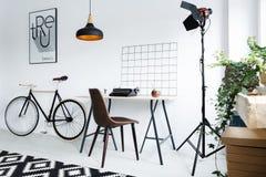 Modern hem- workspace med lampan royaltyfria bilder