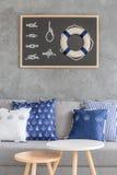 Modern hemmiljö med grått väggfullföljande royaltyfri bild