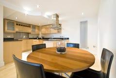 Modern het dineren gebied met keuken stock foto