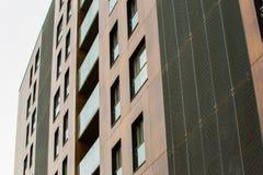 Modern hi-tech architectuurconcept High-rise bruine textuur Modieuze voorzijde stock foto