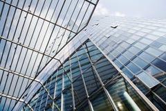 Modern highrise med parasollen Fotografering för Bildbyråer