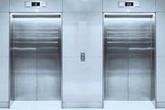 Modern hiss med stängda dörrar i lobby arkivfoto