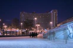 Modern hotel bij avond stock afbeelding