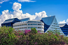 Modern hotel op Mediterrane kustlijn Stock Foto