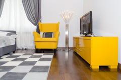 Modern hotelllägenhet med inre för vardagsrum 3d och sovrum, Royaltyfria Bilder