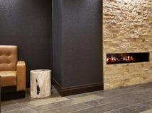 Modern hotelllobbyvardagsrum med spisen royaltyfria foton