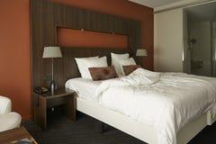 Modern hotelroom med röda färger Arkivbild