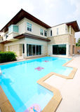 Modern house. With swimming pool Royalty Free Stock Photography