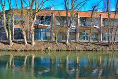 Modern housing in front of a river Royalty Free Stock Photography