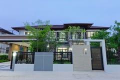 Modern 39 s nachts huis stock foto afbeelding 63457423 - Eigentijds buitenkant terras ...